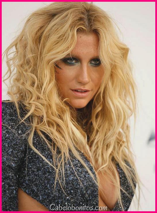 Fantasia até o seu olhar com estes penteados casuais para mulheres